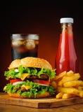Hamburger, kola, pommes frites et ketchup Photographie stock