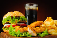 Hamburger, kurczak bryłki, francuzów dłoniaki i kola, pijemy Obrazy Royalty Free