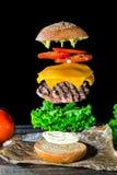 Hamburger in lagen wordt gedemonteerd die stock afbeeldingen