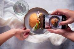 Hamburger lub hamburger jesteśmy kanapki składać się z jeden lub więcej gotujący paszteciki zmielony mięso wołowina, zazwyczaj, u Zdjęcie Stock