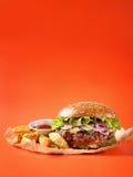 Hamburger, meksykańskie grule i ketchup na Kraft papierze, Zdjęcia Stock