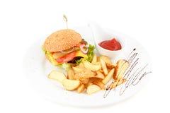 Hamburger met aardappel en ketchup Royalty-vrije Stock Afbeeldingen