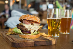 Hamburger met bacon en kaas Royalty-vrije Stock Foto's