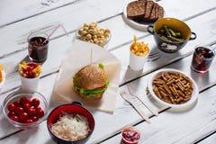 Hamburger met brood en crackers royalty-vrije stock afbeeldingen