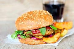 Hamburger met eigengemaakte gebraden gerechten royalty-vrije stock foto