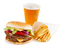 Hamburger met frieten en bier Stock Foto's