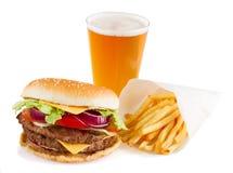 Hamburger met frieten en bier stock foto's