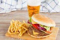 Hamburger met frieten en bier stock foto