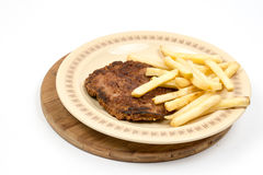 Hamburger met frieten op de plaat worden gediend die Gehakthamburger met aardappels over witte achtergrond worden geïsoleerd die Royalty-vrije Stock Fotografie