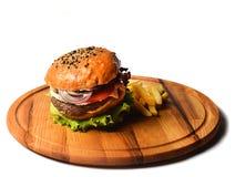 Hamburger met Frieten op een houten raad Snel die voedsel op witte achtergrond wordt geïsoleerd royalty-vrije stock foto
