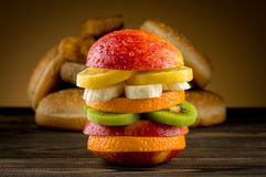 Hamburger met fruit Stock Afbeeldingen