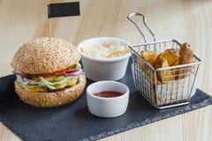 Hamburger met gebraden aardappel Stock Afbeeldingen