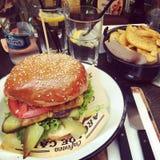 Hamburger met gebraden gerechten Stock Afbeeldingen