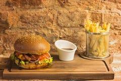 Hamburger met gebraden gerechten Stock Afbeelding