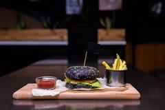 Hamburger met gebraden gerechten en ketchup Royalty-vrije Stock Afbeeldingen