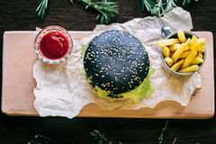 Hamburger met gebraden gerechten en ketchup Stock Afbeeldingen