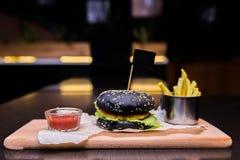 Hamburger met gebraden gerechten en ketchup Stock Foto