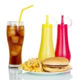 Hamburger met gebraden gerechten, sodamosterd en ketchup Royalty-vrije Stock Afbeeldingen