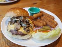 Hamburger met Kaasstok Royalty-vrije Stock Afbeeldingen