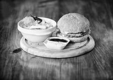 Hamburger met kaasvlees en salade Bedrieg maaltijd Heerlijke hamburger met sesamzaden Snel voedselconcept Hamburgermenu hoog stock fotografie