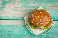 Hamburger met kip, geroosterde ananas en knoflooksaus Royalty-vrije Stock Afbeeldingen