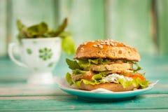 Hamburger met kip, geroosterde ananas en knoflooksaus Royalty-vrije Stock Fotografie