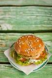 Hamburger met kip, geroosterde ananas en knoflooksaus Stock Foto