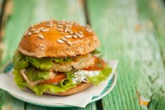 Hamburger met kip, geroosterde ananas en knoflooksaus Stock Afbeelding
