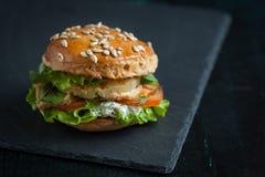 Hamburger met kip, geroosterde ananas en knoflooksaus Royalty-vrije Stock Foto