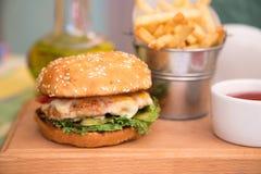 Hamburger met kippenkotelet en gebraden gerechten Royalty-vrije Stock Foto