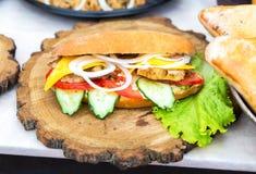 Hamburger met kippenvlees, kaas en verse groenten Stock Fotografie
