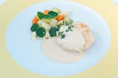 Hamburger met mosterdsaus en knapperige groenten Stock Afbeelding