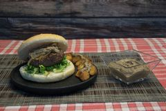 Hamburger met paddestoelsaus stock afbeelding