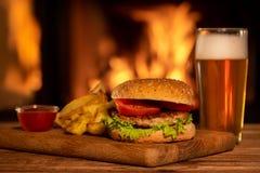 Hamburger met potata en bier royalty-vrije stock afbeelding