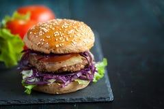 Hamburger met purpere kool over zwarte geweven raad Royalty-vrije Stock Afbeelding