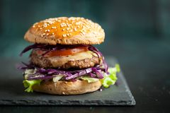 Hamburger met purpere kool over zwarte geweven raad Royalty-vrije Stock Fotografie