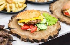 Hamburger met rundvleesvlees, kaas en verse groenten Royalty-vrije Stock Afbeeldingen