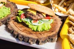 Hamburger met rundvleesvlees, kaas en verse groenten Royalty-vrije Stock Foto's