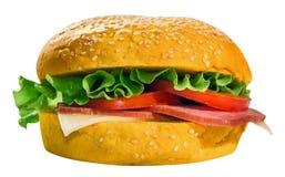 Hamburger met salade, kaas, ham en tomaten Met een weg voor het snijden Royalty-vrije Stock Afbeeldingen