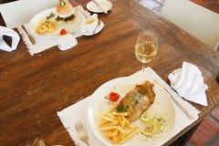 Hamburger met spaanders en vis met patat Stock Afbeelding