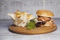 Hamburger met vlees en uien, gebraden aardappels in pitabroodje royalty-vrije stock afbeelding