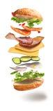 Hamburger met vliegende ingrediënten Stock Afbeelding
