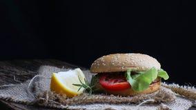Hamburger mit Bestandteil auf rustikaler hölzerner Planke stockfotos