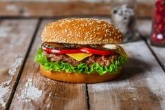 Hamburger mit dem Kotelett gegrillt lizenzfreies stockbild