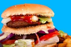Hamburger mit den Fischrogen getrennt auf blauem Hintergrund Stockfotos