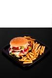 Hamburger mit den Fischrogen getrennt auf Schwarzweiss-Hintergrund Lizenzfreie Stockfotografie