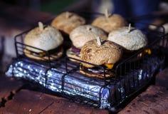 Hamburger mit Käse und Zwiebeln Lizenzfreies Stockbild