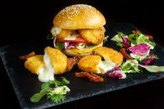 Hamburger mit Käsestöcken Lizenzfreie Stockfotos