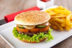 Hamburger mit Kartoffelchips Stockfotos