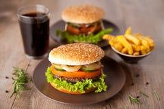 Hamburger mit Kartoffelchips und Getränk Stockbild